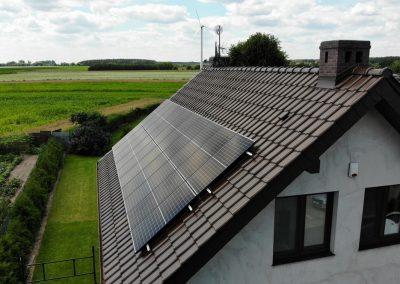 Dom jednorodzinny ze skośnym dachem z panelami fotowoltaicznymi