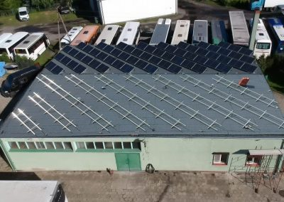 Konstrukcja fotowoltaiczna zrealizowana na dachu płaskim z wykorzystaniem ekierek inwazyjnych