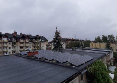 Zdjęcie konstrukcji fotowoltaicznej dach płaski południe balast